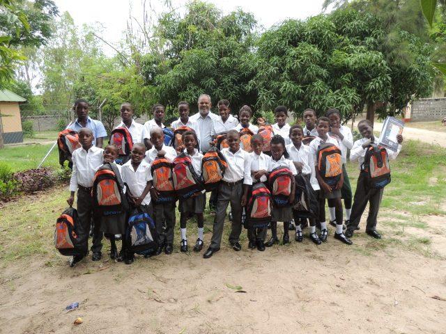 Kinderpatenschaft Bukalo neue Schultaschen 1