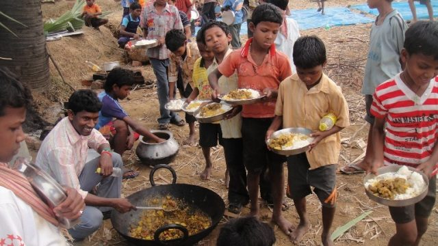 Kinderpatenschaft Joypur Essen fassen