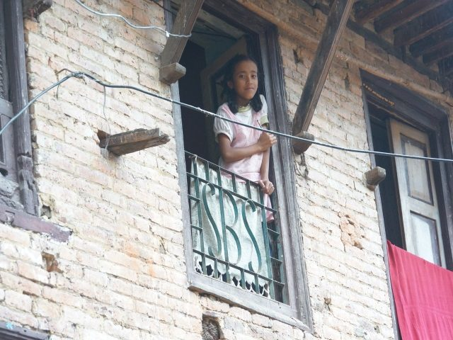 Kinderpatenschaft Kathmandu Kind neugierig