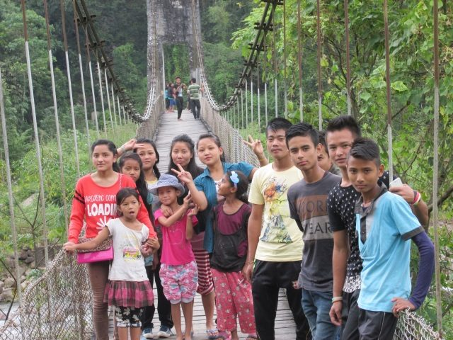 Kinderpatenschaft Sonada Kinder auf einer Hängebrücke im Dorf