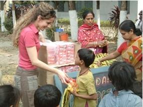 2007 Reisebericht Indien - 02 Verteilung Vitaminsaft