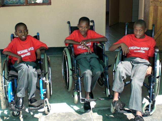 2016 Namibia Hilfsprojekt Gehhilfen Rollstühle Cheshire - Rollstühle neue 1
