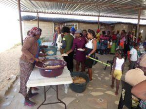 2016 Reisebericht Namibia - Kindergarten Essen ausgabe