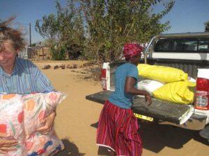 2017 Reisebericht Namibia - Geschenke und Essen für die Familie