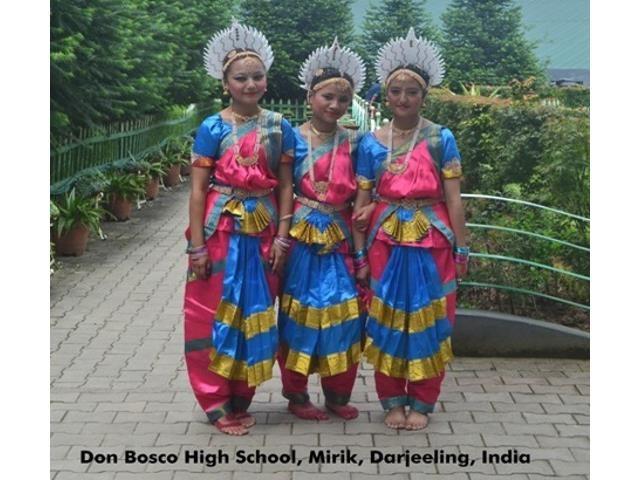 Kinderpatenschaft Mirik Frauen festlich gekleidet